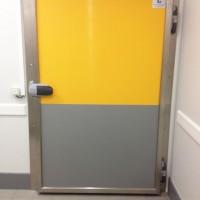 Porte pivotante de chambre froide avec protection basse en inox